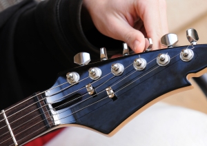Tuning an electric guitar